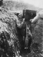 O Ariel Varges με τη θωρακισμένη κάμερά του, σε χαρακώματα το 1916