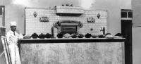 Ένας ζαχαροπλάστης και οι δημιουργίες του μπροστά στον φούρνο Τερκενλή