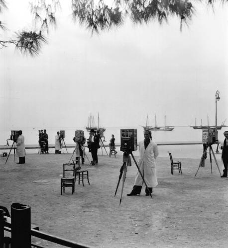 Φωτογράφοι περιμένουν πελάτες το 1937
