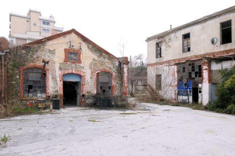 Κτίρια με επιγραφές ΔΙΚΥΚΛΑ-ΤΡΙΚΥΚΛΑ και ΒΑΦΑΙ ΑΥΤ\ΤΩΝ (της Αστυνομίας)