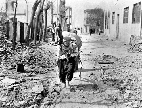 Εβραίος αχθοφόρος στα ερείπια της πυρκαγιάς