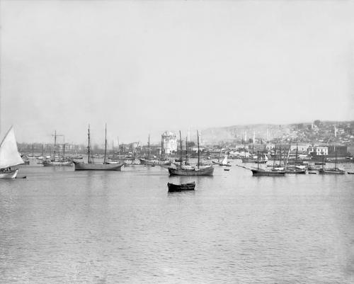 Πλοία μπροστά στην πόλη