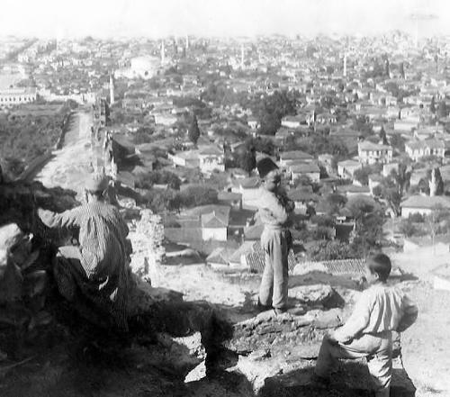 Τρία παιδιά πάνω απ' την πόλη στα τέλη του 19ου αιώνα